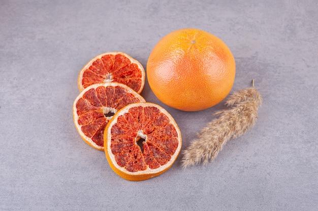 Reife frische grapefruit auf steinoberfläche gelegt.