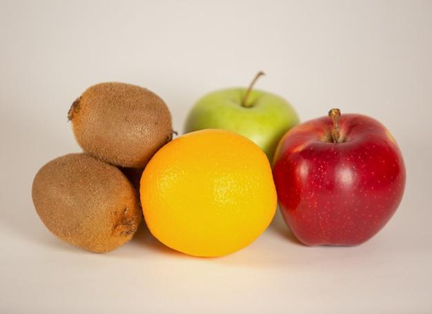 Reife frische köstliche frucht voller vitamine isoliert auf einer weißen wand