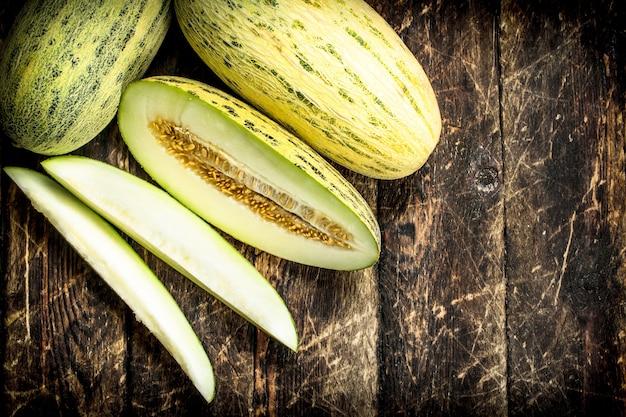 Reife frische melone auf einem hölzernen hintergrund