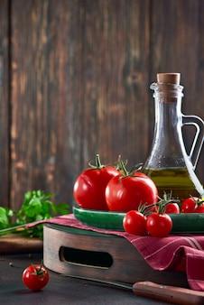 Reife frische rote tomaten auf einem tablett