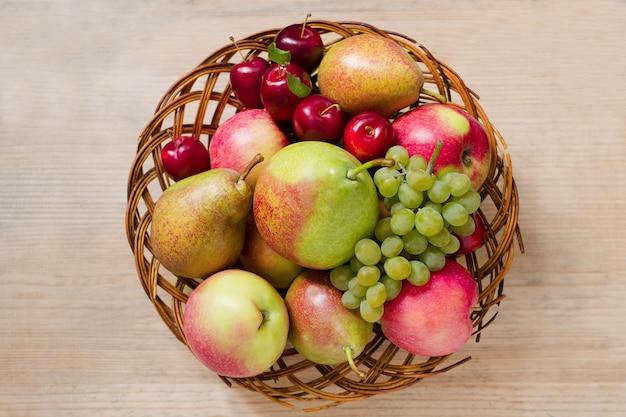 Reife früchte in einem hölzernen korb. von oben betrachten.