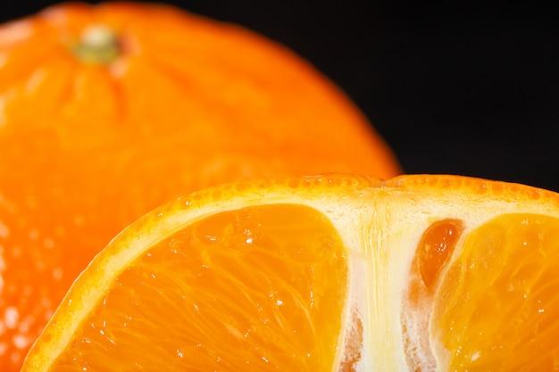 Reife früchte reifen milden saftigen perfekt isoliert auf dunklem boden