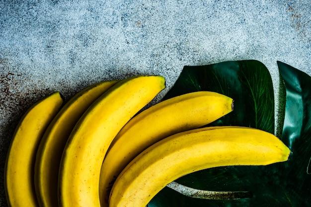 Reife gelbe bananenfrüchte auf betontisch