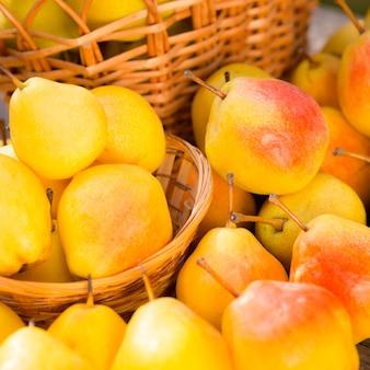 Reife gelbe birnen im herbst im freien. konzept für gesunde ernährung