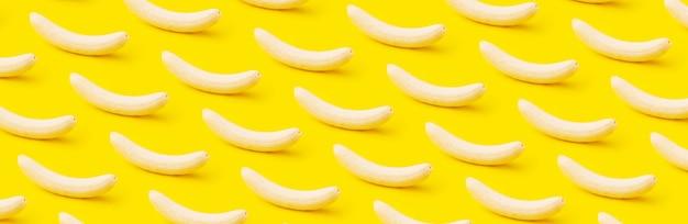 Reife geschälte bananen auf gelb