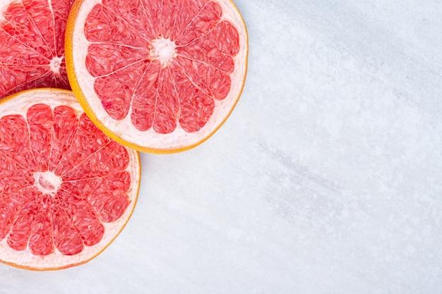 Reife geschnittene grapefruit auf dem marmor.