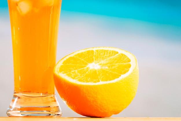 Reife geschnittene orange und glas saftiges getränk