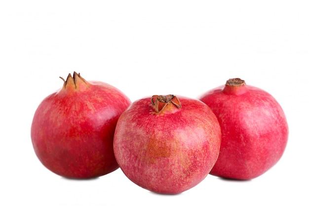 Reife granatäpfel getrennt auf einem weißen hintergrund