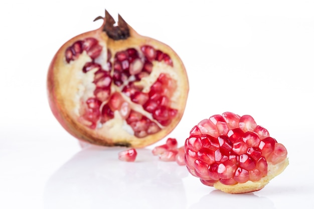 Reife granatapfelfrucht getrennt auf weiß