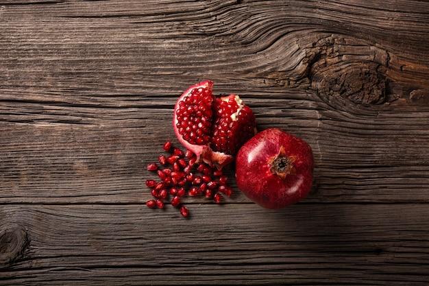 Reife granatapfelfrüchte auf dem hölzernen hintergrund