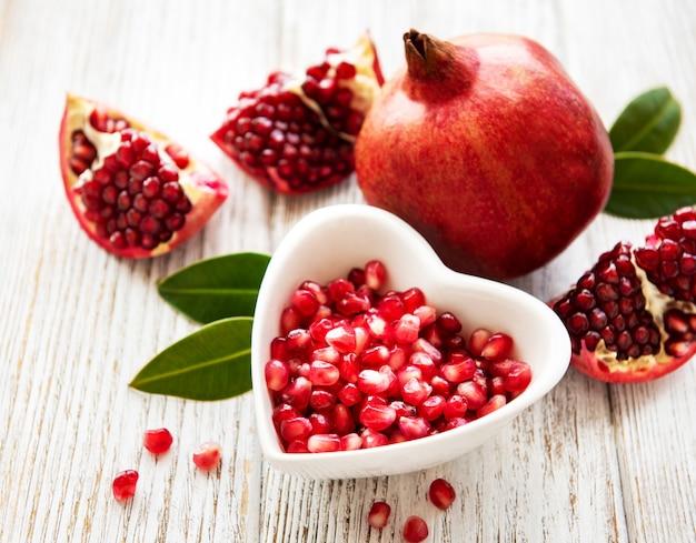 Reife granatapfelfrüchte