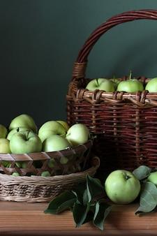 Reife grüne äpfel in einem korbnahaufnahme-erntesommerdorffrüchten