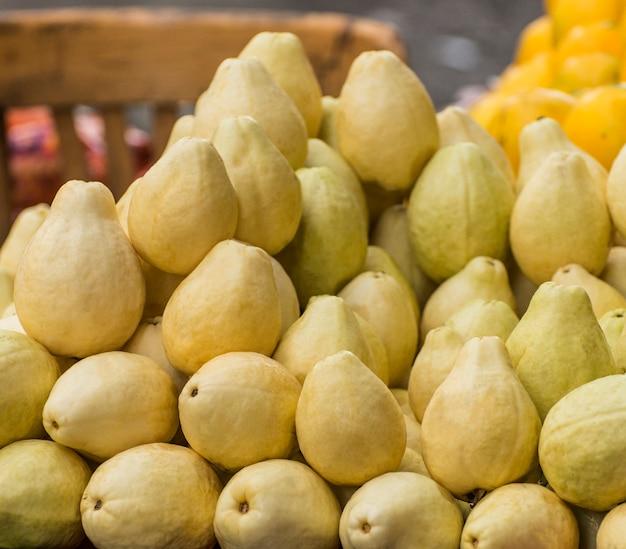 Reife guavenfrucht auf dem markt