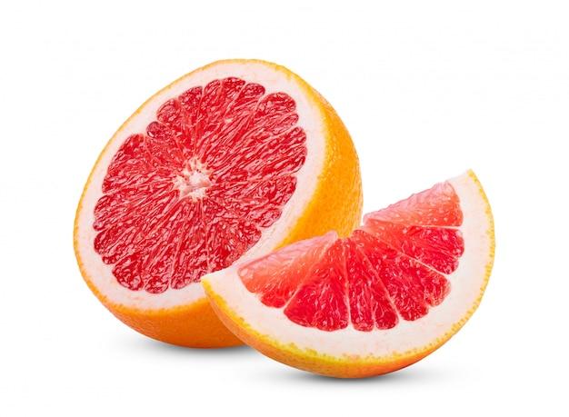 Reife hälfte der rosa grapefruit-zitrusfrucht lokalisiert auf weiß