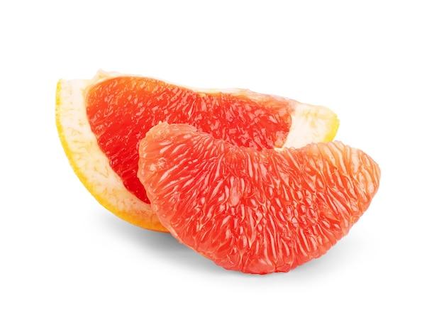 Reife hälfte der rosa grapefruit-zitrusfrüchte isoliert auf weißem hintergrund