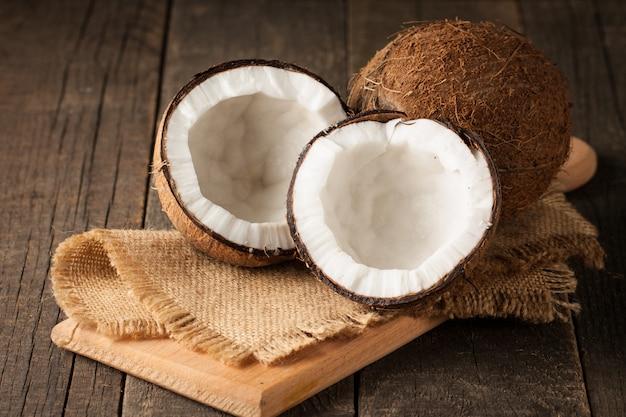 Reife halbgeschnittene kokosnuss