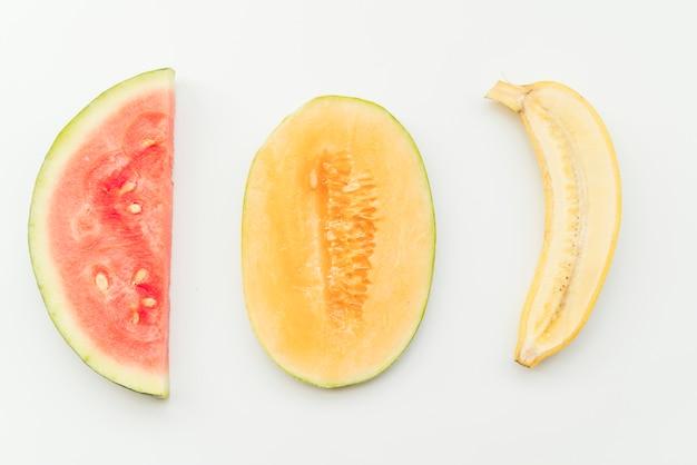 Reife halbierte tropische früchte auf hintergrund