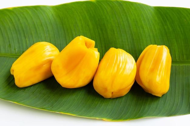 Reife jackfrucht auf bananenblatt.