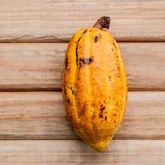 Reife kakaohülsen stellten auf rustikalen hölzernen hintergrund ein.