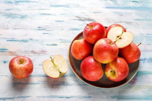 Reife köstliche rote bio-äpfel.