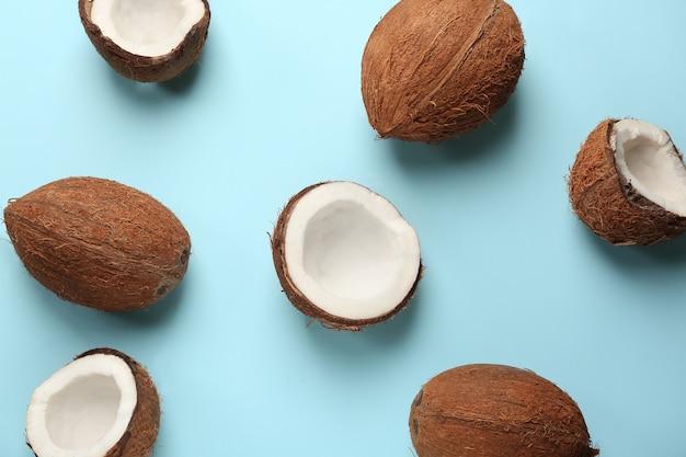 Reife kokosnüsse auf farbigem hintergrund
