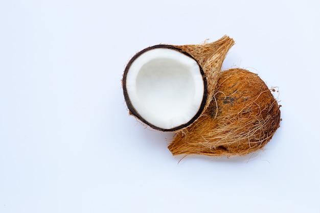Reife kokosnuss auf weiß. draufsicht der tropischen frucht.