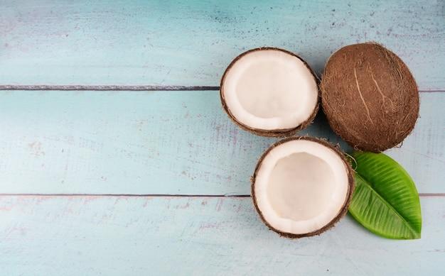Reife kokosnuss und eine hälfte der tropischen frucht
