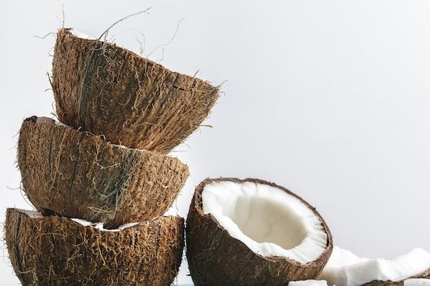 Reife kokosnussstücke auf weiß, kopienraum