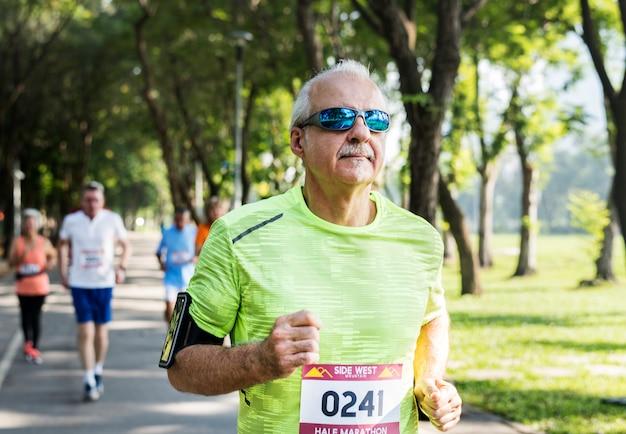 Reife läufer, die in ein rennen laufen