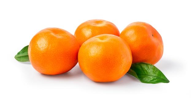 Reife mandarine mit blättern nahaufnahme auf einer weißen oberfläche