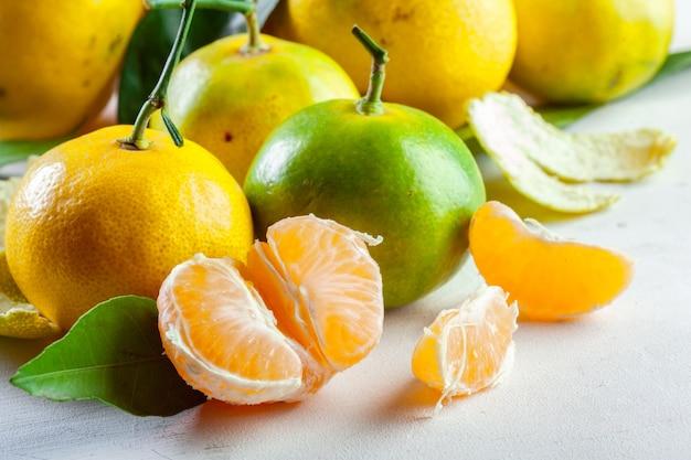 Reife mandarine mit blättern