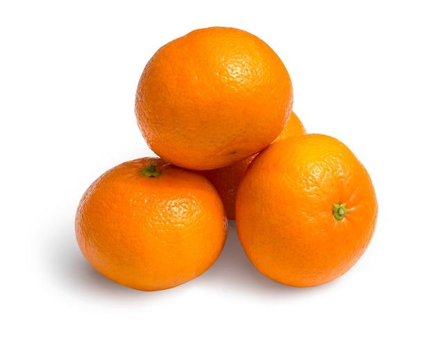 Reife mandarinen-zitrusfrüchte isoliert