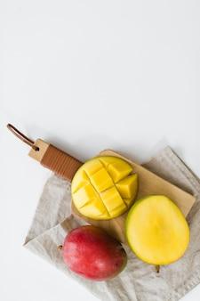 Reife mango auf dem hölzernen schneidebrett.