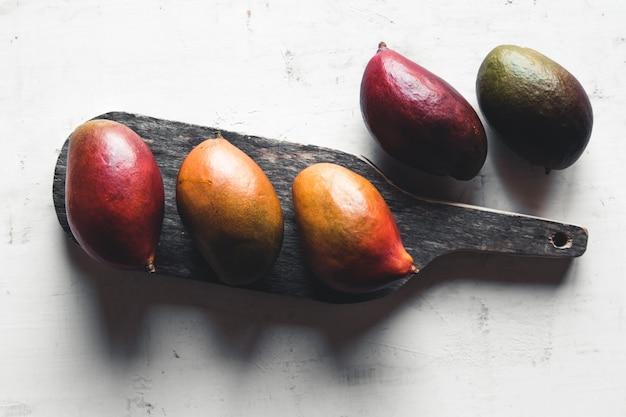 Reife mango auf einem schneidebrett