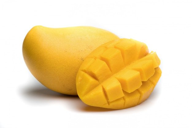Reife mango mit einer scheibe auf weißem hintergrund