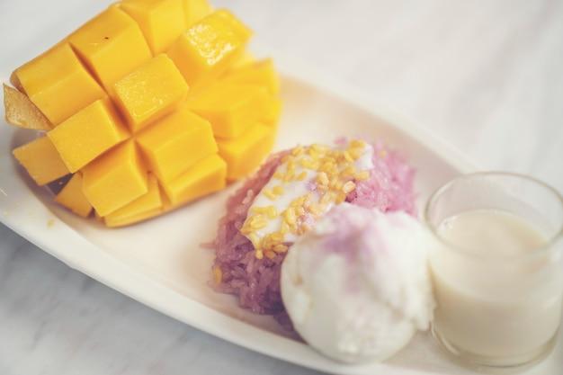 Reife mango und klebriger reis, thailändische desserts