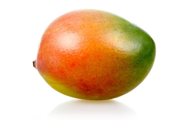 Reife mangofrucht lokalisiert auf weißem hintergrund