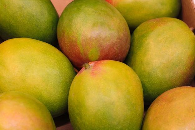 Reife mangos werden im supermarkt im hintergrund verkauft