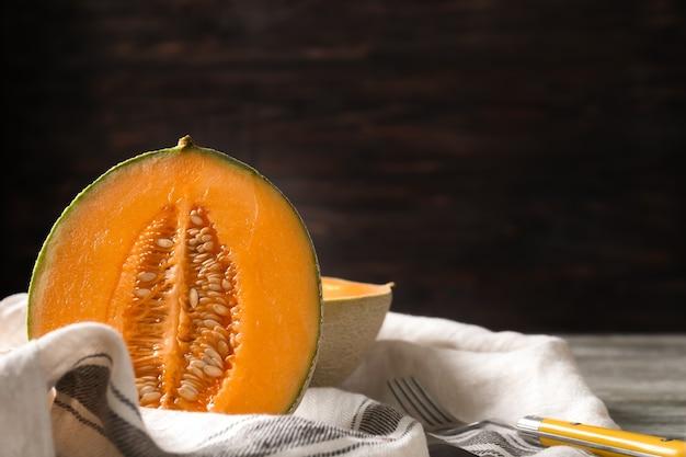 Reife melone auf den tisch schneiden