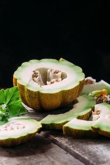 Reife melone auf holzuntergrund hautnah