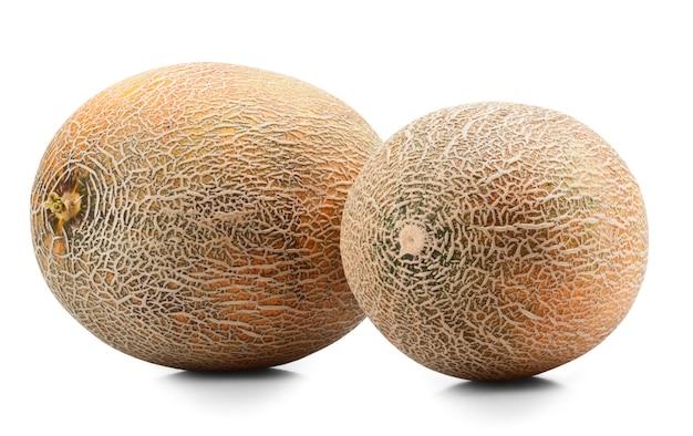 Reife melone auf weißem hintergrund. beschneidungspfad