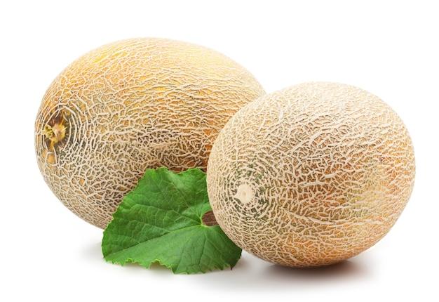 Reife melone auf weißem hintergrund
