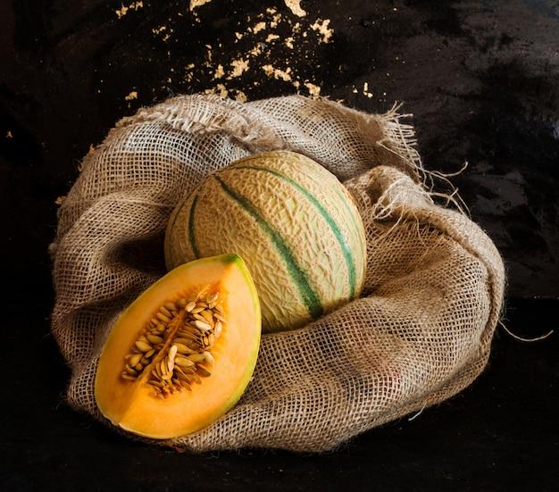 Reife melone über rustikale tasche