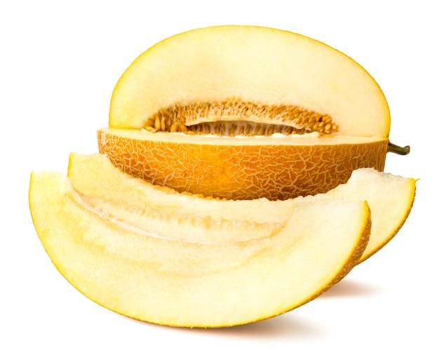 Reife melonnd zwei stücke auf weiß, nahaufnahme. mit natürlichem schatten
