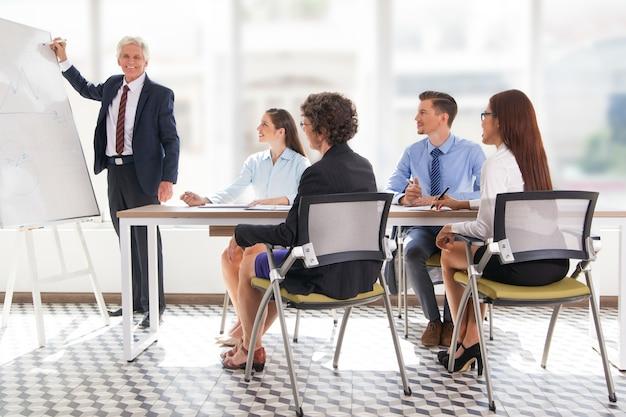 Reife menschen business-mitarbeiter büro