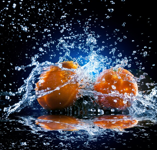 Reife orangen mit spritzwasser