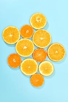 Reife orangenfrucht auf blauer oberfläche. draufsicht