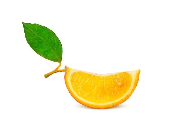 Reife orangenscheibe auf einem zweig mit grünem blatt auf weißem hintergrund