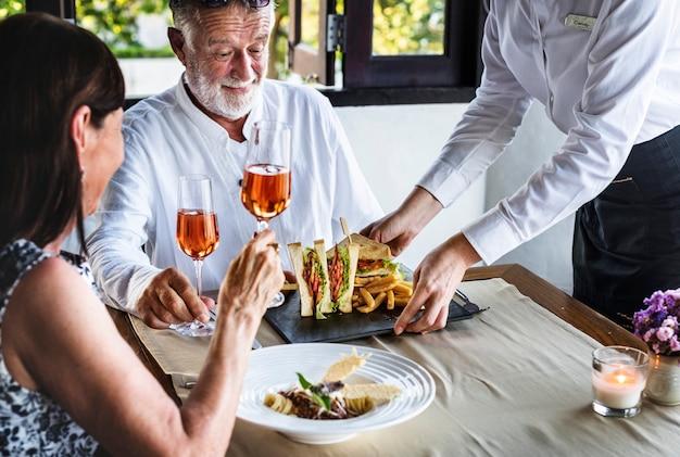 Reife paare, die in einem restaurant zu mittag essen