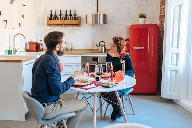 Reife paare, die zu hause romantisches für valentinstag zu abend essen